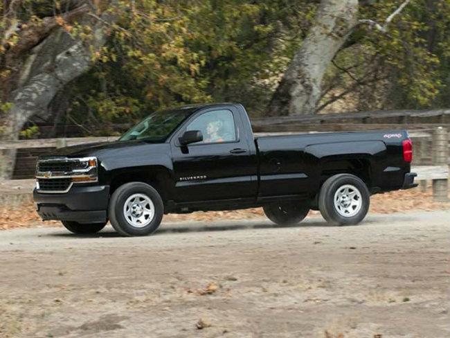 2016 Chevrolet Silverado có số lượng hạn chế, trang bị hệ thống động cơ lai eAssist với gói pin lithium ion 45 kWh giúp tăng độ tiết kiệm nhiên liệu cho xe. Silverado 2016 có độ tiêu thụ nhiên liệu ở ngưỡng 18 mpg/24 mpg (13-9.8 L/100 km) trên đường phố và đường cao tốc. Động cơ xe trang bị tiêu chuẩn loại V8, dung tích 5.3 lít, sản sinh công suất 355 mã lực, trong khi mô-tơ điện có công suất 13 mã lực.