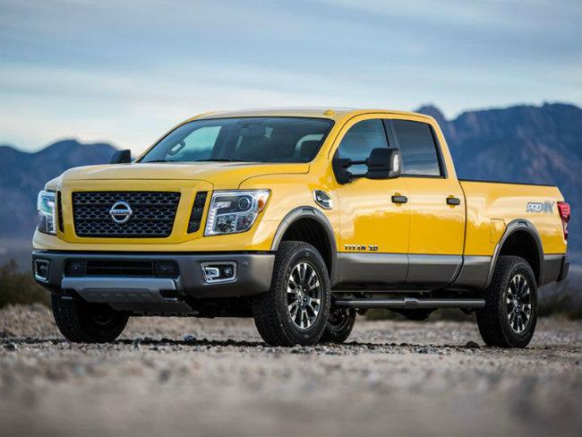 2016 Nissan Titan XD tiếp tục là mẫu xế bán tải đáng kể trong danh sách này. Titan XD thể hiện cách tiếp cận mới với phân khúc xe bán tải. Trong thực tế, Titan XD dài hơn phiên bản Titan chạy bằng xăng. Trái tim của xe là loại động cơ tăng áp diesel, dung tích 5.0 lít, cung cấp sức mạnh tuyệt vời cho xế bán tải cỡ lớn này.