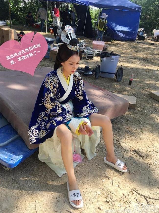 """Nữ MC kiêm diễn viên Thẩm Mộng Thần không ngại vén váy trên phim trường """"Trùng nhĩ truyện"""" vì quá nóng."""
