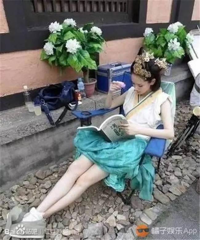 """Công chúa Quán Đào (Thích Vy) """"tốc"""" váy lên cho mát ngồi chờ đến lượt diễn."""