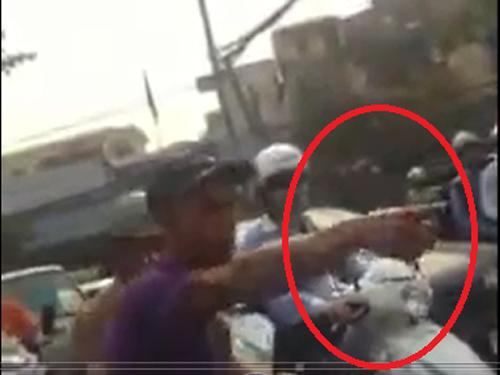 Cản lái xe băng qua đường sắt, nữ nhân viên mang bầu bị tát sưng mặt - 1
