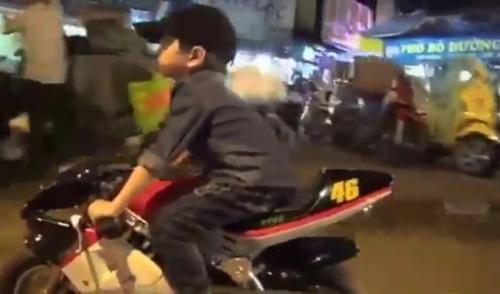 """Clip: Bé trai """"cưỡi"""" môtô mini lượn phố Hà Nội gây sốc - 1"""