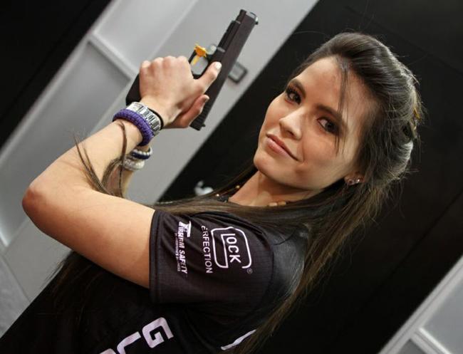 """Tori Nonaka 22 tuổi là """"tay súng"""" xinh đẹp của bang Virginia, Mỹ."""