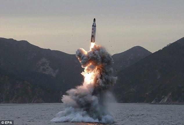 Thủ tướng Nhật: Triều Tiên có thể phóng tên lửa hóa học - 1