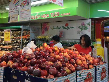 Giật mình với táo Mỹ siêu rẻ đổ đống ở siêu thị Việt - 1