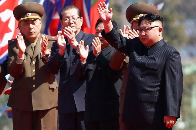 """Kim Jong-un mời báo Mỹ xem thứ mạnh như """"100"""