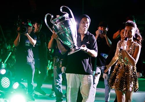 Công Vinh đưa Thủy Tiên đi trình diễn trước Ronaldinho - 1