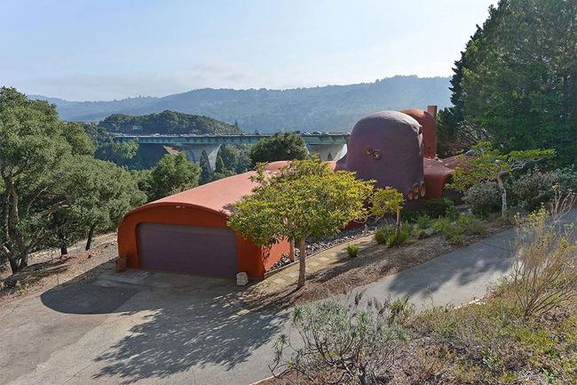 """Ngôi nhà có tên """"Flintstone House"""", tọa lạc tại thị trấn Hillsborough, California – nơi được mệnh danh là khu phố đại gia của nước Mỹ."""