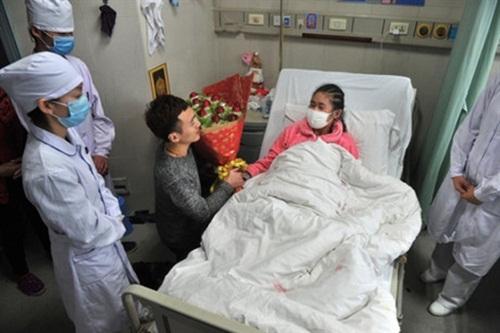Xúc động quỳ gối cầu hôn bạn gái mắc bệnh hiểm nghèo - 1