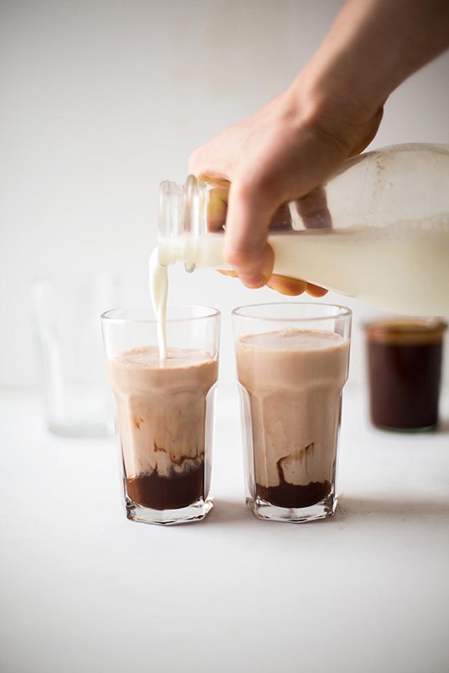 Sữa và chocolate: Canxi có trong sữa kết hợp cùng axit oxalic và oxalate canxi có trong chocolate gây ra tiêu chảy, khô tóc, thiếu canxi và cơ thể phát triển chậm