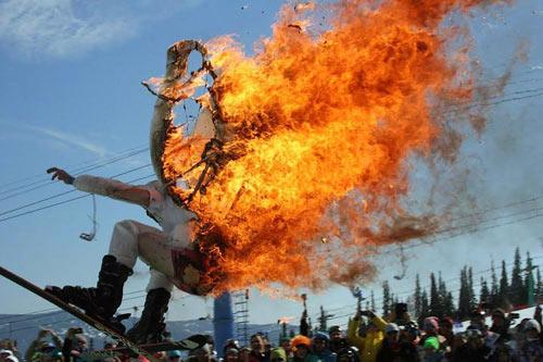 Điên rồ: Vì tiền, tẩm xăng đốt mình rồi nhảy xuống núi - 1