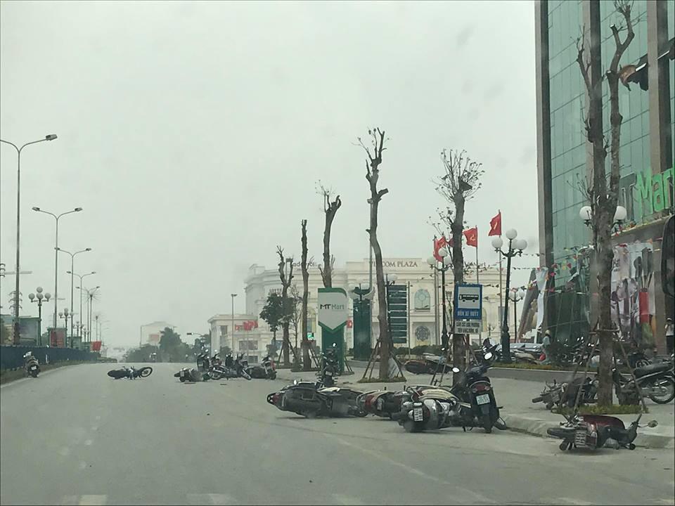 Giông lốc quật ngã hàng chục xe máy đang lưu thông trên đường - 1