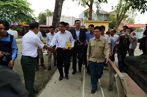 Người dân Đồng Tâm nghe Chủ tịch Chung đối thoại qua loa phóng thanh - 1