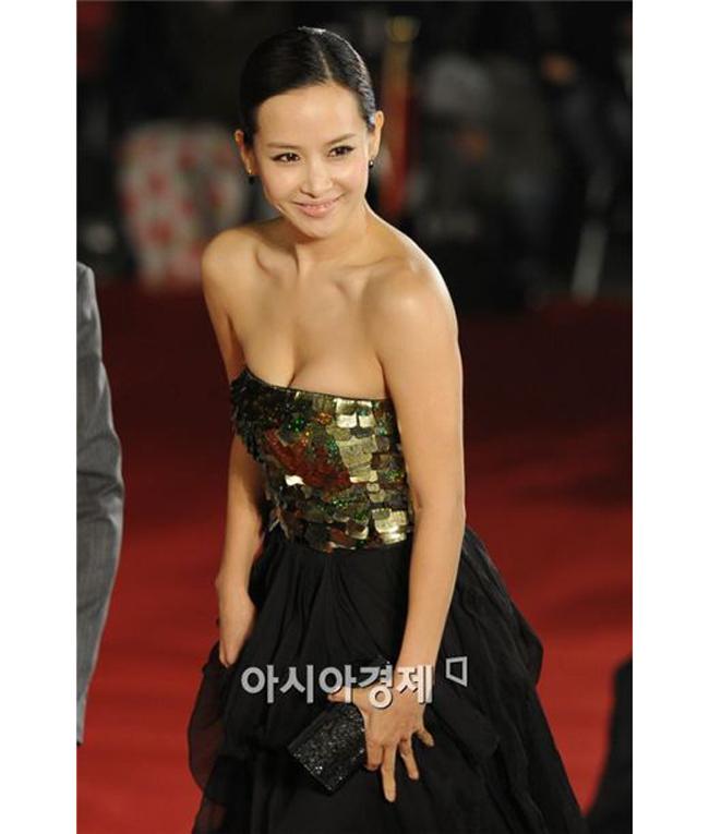 Jo Yeo Jung không còn là cái tên xa lạ trong làng điện ảnh Hàn Quốc. Cô nổi lên như một nữ hoàng gợi cảm trong các thước phim đòi hỏi nhiều cảnh quay phá cách.