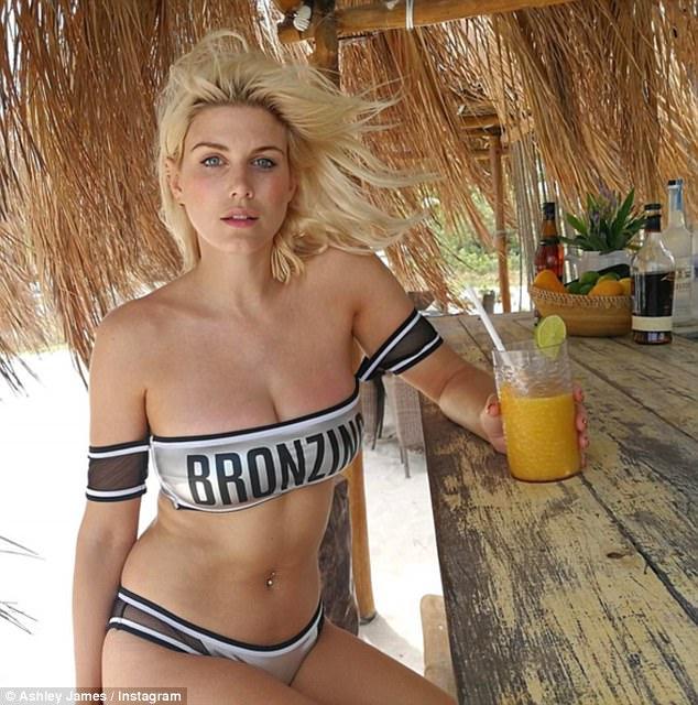 Hot girl rủ nhau diện áo tắm đại náo hồ bơi ngày cuối Coachella - 7