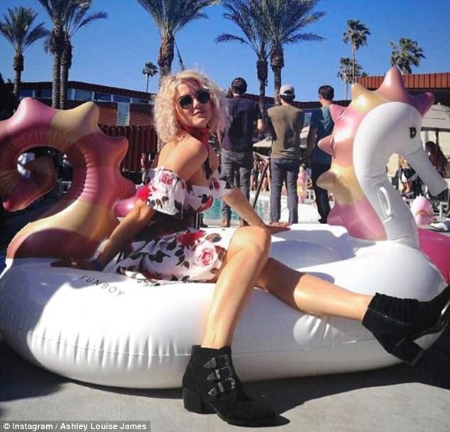 Hot girl rủ nhau diện áo tắm đại náo hồ bơi ngày cuối Coachella - 10