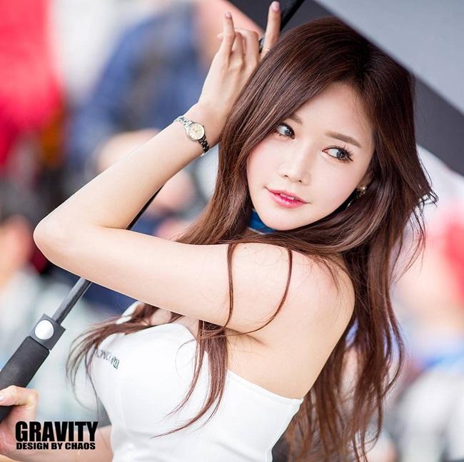 Cô nàng có tên tiếng Hàn là Han Ga Eun, tên tiếng Anh là Alice, tên tiếng Trung là Hàn Giai Ân, cộng động fan quốc tế của Ga Eun cũng rất đông đảo.