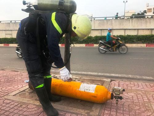 TPHCM: Hai vật thể lạ nghi chứa khí lỏng cực độc bị bỏ ven đại lộ - 1