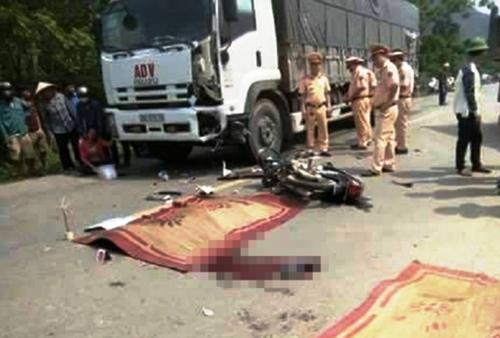 Hai thanh niên chết thảm dưới bánh xe tải ở Hòa Bình - 1