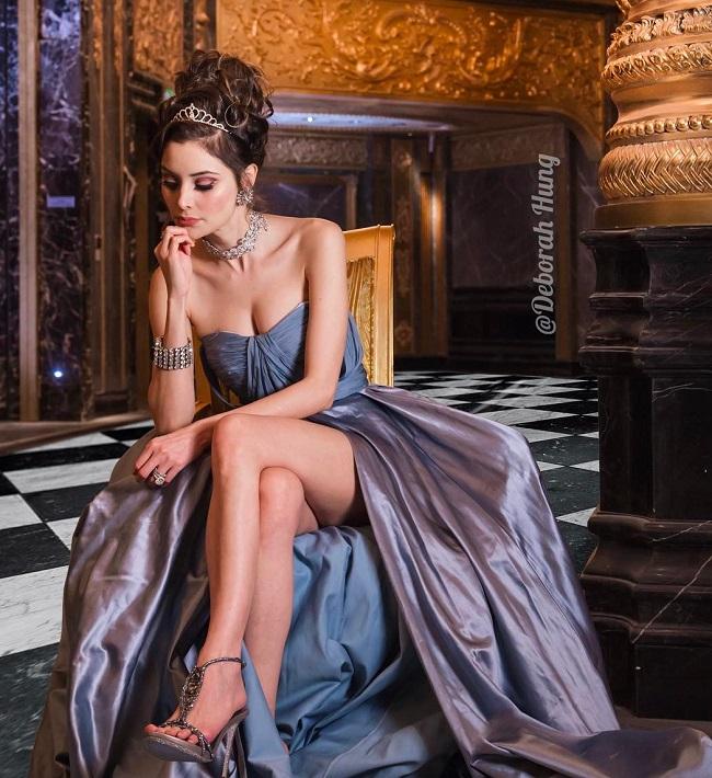 Ngoài sở thích sắm hàng hiệu, chân dài này còn sở hữu những bộ trang sức quý giá được chế tác riêng với giá lên tới hàng chục triệu đô la.