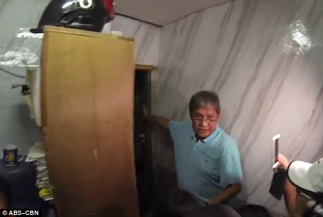Bất ngờ hầm giam sau giá sách của cảnh sát Philippines - 1