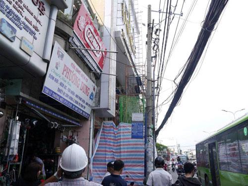 Công nhân nằm bất động sau tiếng nổ tại công trình trung tâm tiệc cưới - 1