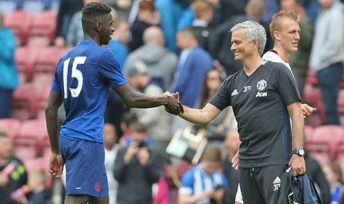MU hết quân: Mourinho đòi xỏ giày vào sân đá cặp Bailly - 1