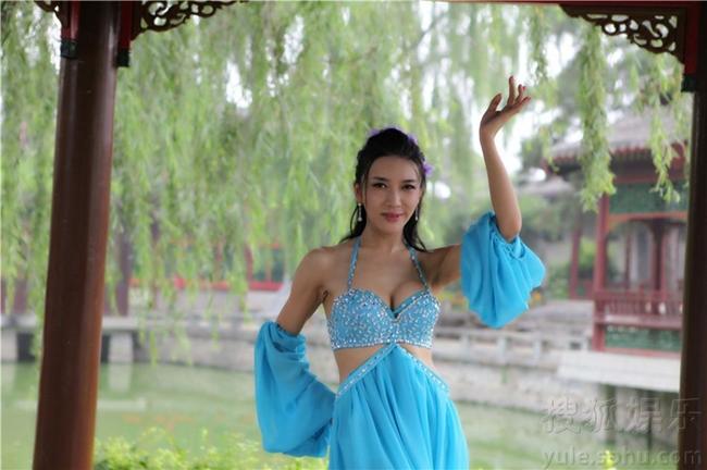 """Điệu múa gợi cảm của """"Phan Kim Liên"""" trong ca khúc chủ đề phim """"Đi tìm Tây Môn Khánh"""" bị ví như một vũ điệu belly dance thời hiện đại."""