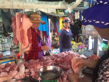 Dịp lễ 30-4: Chợ vắng, siêu thị chen nhau từng centimet - 1