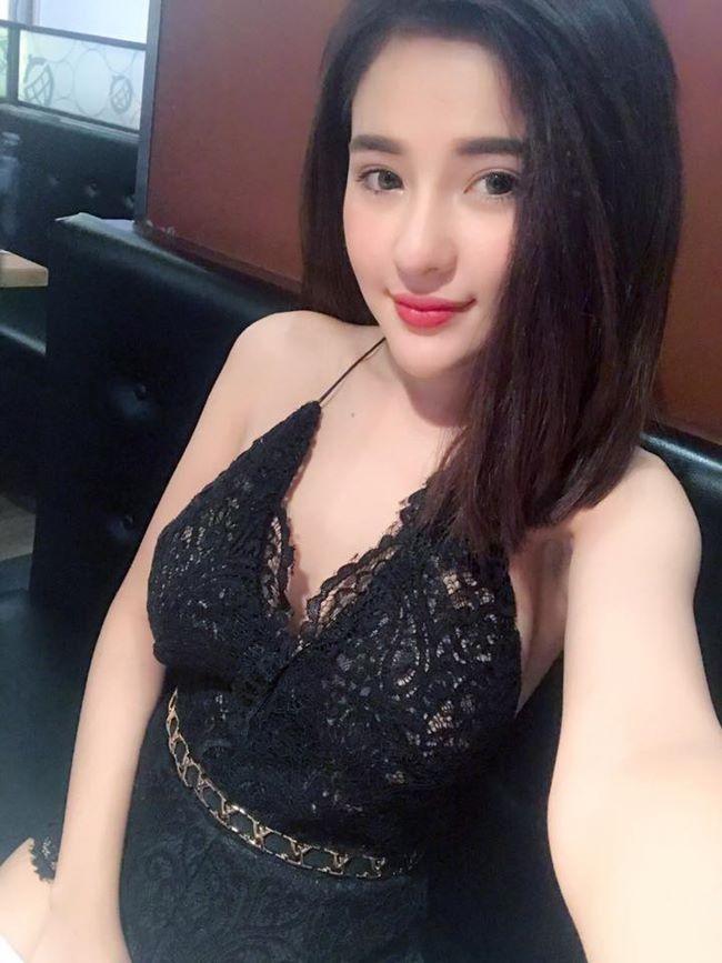 Võ Thị Ngọc Ngân (Ngân 98) chỉ mới 19 tuổi nhưng cô đã nổi đình đám trên mạng xã hội nhờ những màn khoe thân táo bạo.