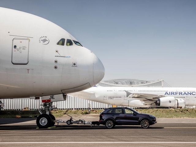 Porsche Cayenne kéo được cả máy bay Airbus - 1