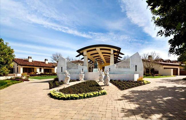 Siêu biệt thự này xây dựng trên một khu đất rộng tới 8 mẫu Anh (~32.374 m2), tọa lạc tại thị trấn Los Altos Hills, thuộc Thung lũng Silicon, phía bắc California, nước Mỹ.