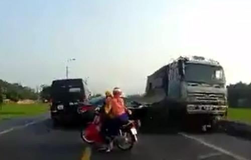Nóng trong ngày: CSGT Huế bị xe máy tông tử vong - 1