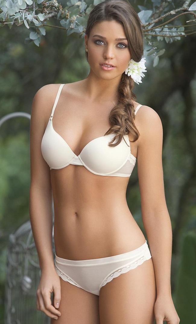 Lara Alvarez (sinh năm 1986) là nữ phóng viên, MC kiêmngười mẫu nội y xinh đẹp người Tây Ban Nha. Với ngoại hình nổi bật, côgặt hái được thành công từ rất sớm. Tốt nghiệp khoa báo chí, người đẹp luôn dùng nỗ lực bản thân để theo đuổi sự nghiệp.