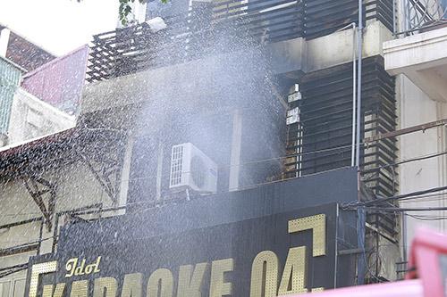 Hà Nội: Điều hoà phát nổ, quán karaoke 7 tầng bốc cháy - 1