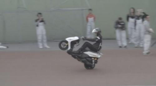 Kinh ngạc người lái mô tô bốc đầu liên tục 500km - 1