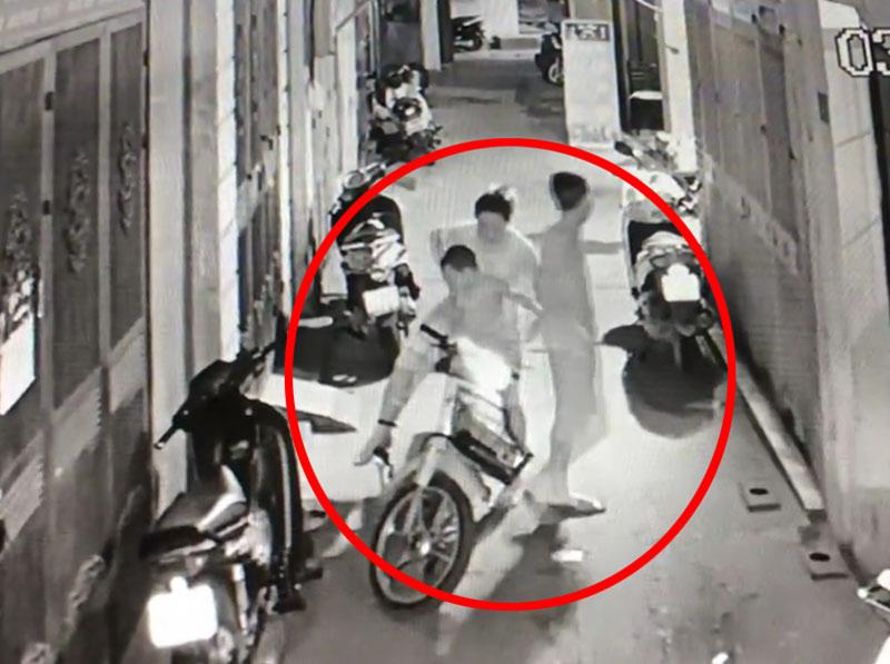 Clip: Vợ chồng trẻ mang theo con nhỏ đi trộm cắp - 1