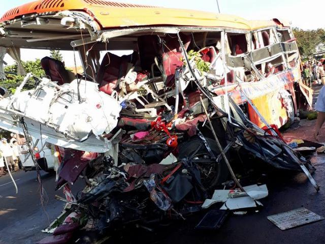 Tin nóng: Tai nạn xe khách kinh hoàng ở Gia Lai, ít nhất 11 người chết