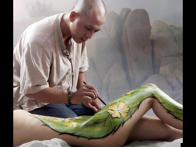 """Họa sĩ Sài thành kể chuyện """"múa cọ"""" trên cơ thể thiếu nữ"""