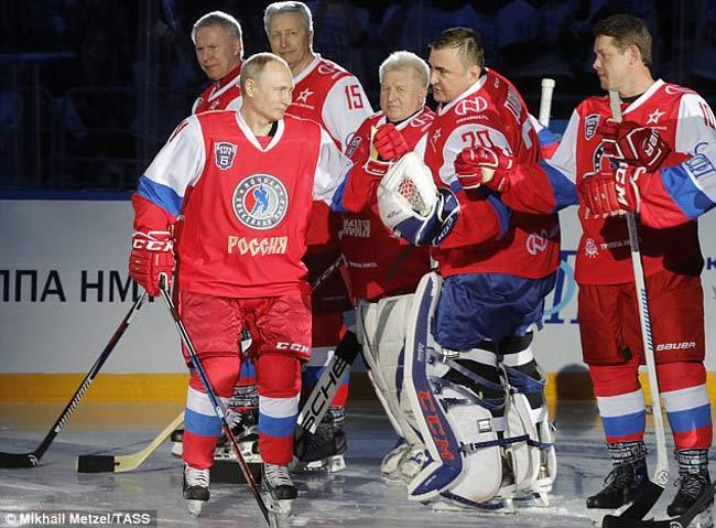"""Tổng thống Putin tung hoành trên sân, đối thủ """"khiếp sợ"""" - 1"""