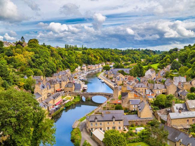 Dinan, Pháp: Thị trấn này có hướng nhìn tuyệt đẹp ra sông Rance ở vùng Brittany. Tại đây, du khách có thể dạo qua những đường phố cổ kính với nhiều triểm lãm nghệ thuật và cửa hàng bán đồ thủ công.
