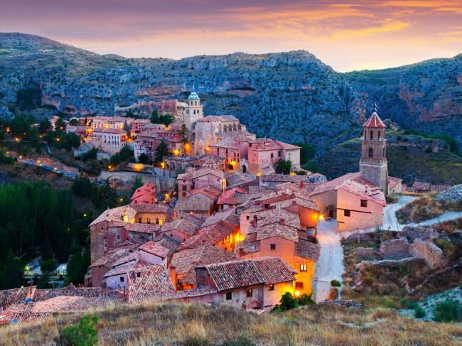 Albarracín, Tây Ban Nha: Nằm trên đỉnh núi nhìn xuống sông Río Guadalaviar, thị trấn Albarracín giúp du khách có cảm giác như được trở lại quá khứ. Nơi đây gây ấn tượng với những ngôi nhà cổ, pháo đài và đường phố như mê cung.