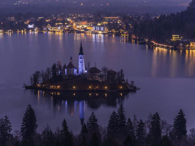 Bled, Slovenia: Thị trấn này nổi tiếng với phong cảnh đẹp, bao gồm nhà thờ nằm trên đảo nhỏ nằm giữa hồ nước xanh như ngọc, các lâu đài cổ trên vách núi đá và đỉnh Julian thuộc dãy Alps. Bled cũng có nhiều hoạt động ngoài trời như đi bộ leo núi, đạp xe và chèo thuyền.