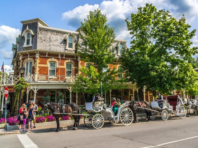 Niagara-on-the-Lake, Canada: Nằm ở trung tâm vùng rượu vang của tỉnh Ontario, thị trấn Niagara-on-the-Lake gây ấn tượng với những chiếc xe ngựa trên đường phố, quán bar và khách sạn cổ kính. Tại khu mua sắm, bạn có thể tìm thấy nhiều cửa hàng thời trang, quán cà phê và nhà hàng.