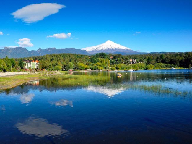 Pucón, Chile: Nằm cạnh hồ Villarrica ở Chile, thị trấn Pucón là một địa điểm du lịch hấp dẫn với các bãi biển cát đen và các hoạt động đa dạng từ trượt tuyết cho tới thư giãn dưới hồ nước nóng.