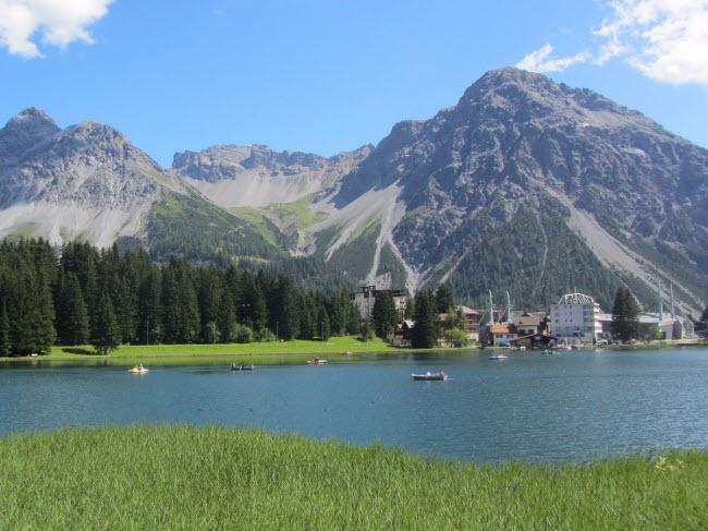 Arosa, Thụy Sĩ: Thị trấn này nằm cạnh 3 đỉnh núi hùng vĩ Weisshorn, Hörnli và Schiesshorn. Vào mùa đông, địa hình ở là địa điểm lý tưởng dành cho những người thích trượt tuyết. Vào mùa hè, du khách có thể tham gia hoạt động đi bộ leo núi, đạp xe ngắm cảnh.