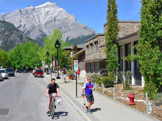 Banff, Canada: Đây là điểm đến lý tưởng dành cho hoạt động trượt tuyết vào mùa đông. Du khách cũng có thể mua sắm tại các cửa hàng thời trang và thưởng thức đồ ăn tại hơn 200 nhà hàng khác nhau ở thị trấn.