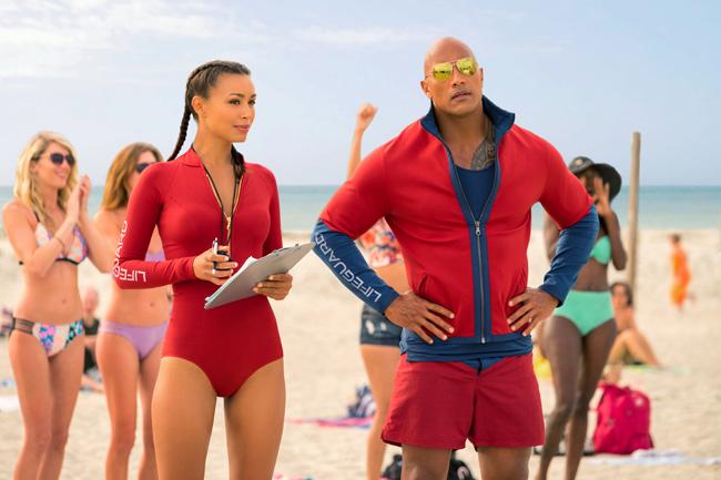 """Chàng The Rock trong hè năm nay sẽ """"phá đảo"""" bãi biển."""
