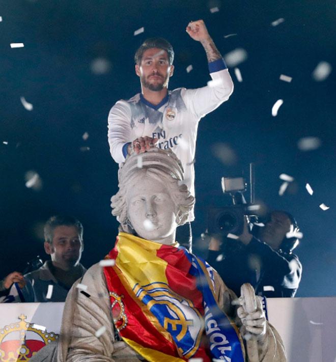 Real vô địch Liga: Ronaldo, Ramos quậy tung đường phố Madrid - 1