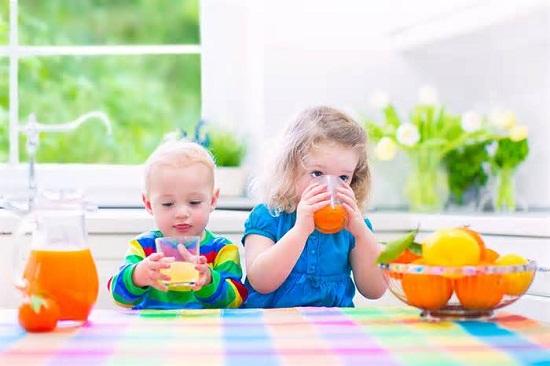 Cho trẻ uống nước trái cây, nước lọc, sữa một cách khoa học